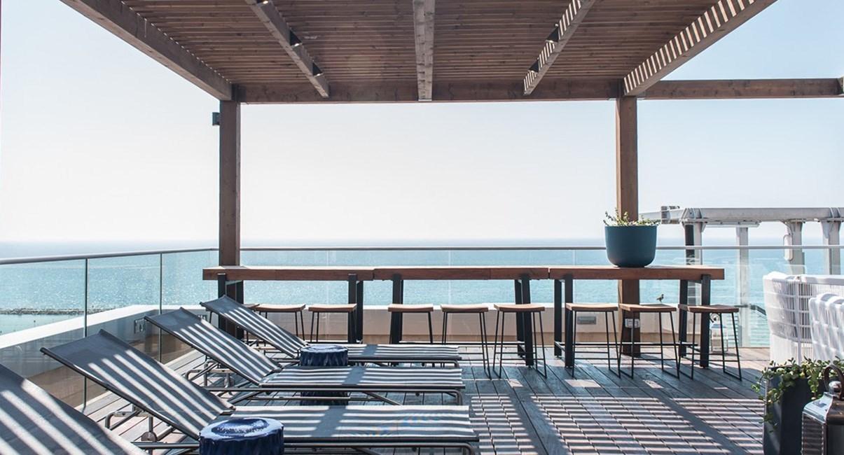 מרפסת גג המלון הצופה לים לקוקטלים וארוחות קלות