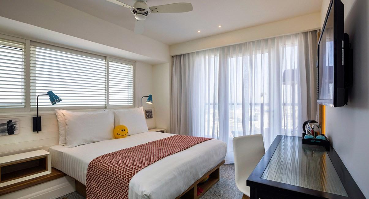 חדר קלאסי עם מרפסת ונוף לים