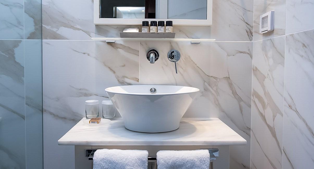 bathroom melody hotel