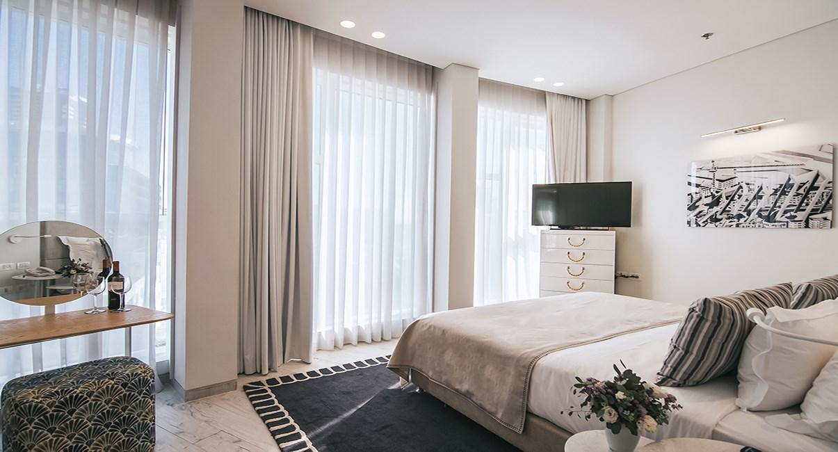 חדר עם נוף לשדרה